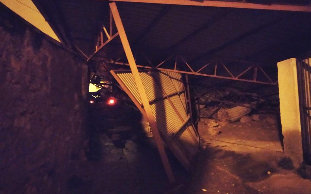 El garaje ha colapsado la vía de lado a lado./ L.C.
