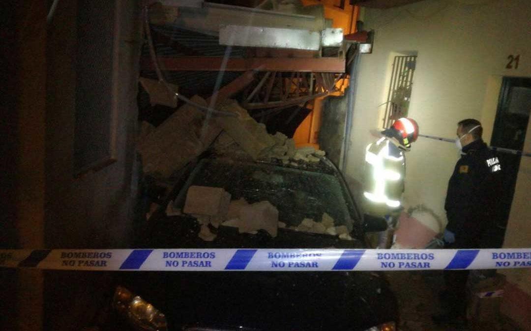 Se derrumba un garaje y sepulta un coche en el casco antiguo de Alcañiz