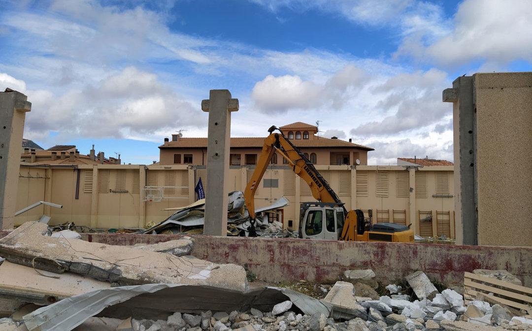 Cantavieja avanza en la demolición del pabellón hundido por la nevada