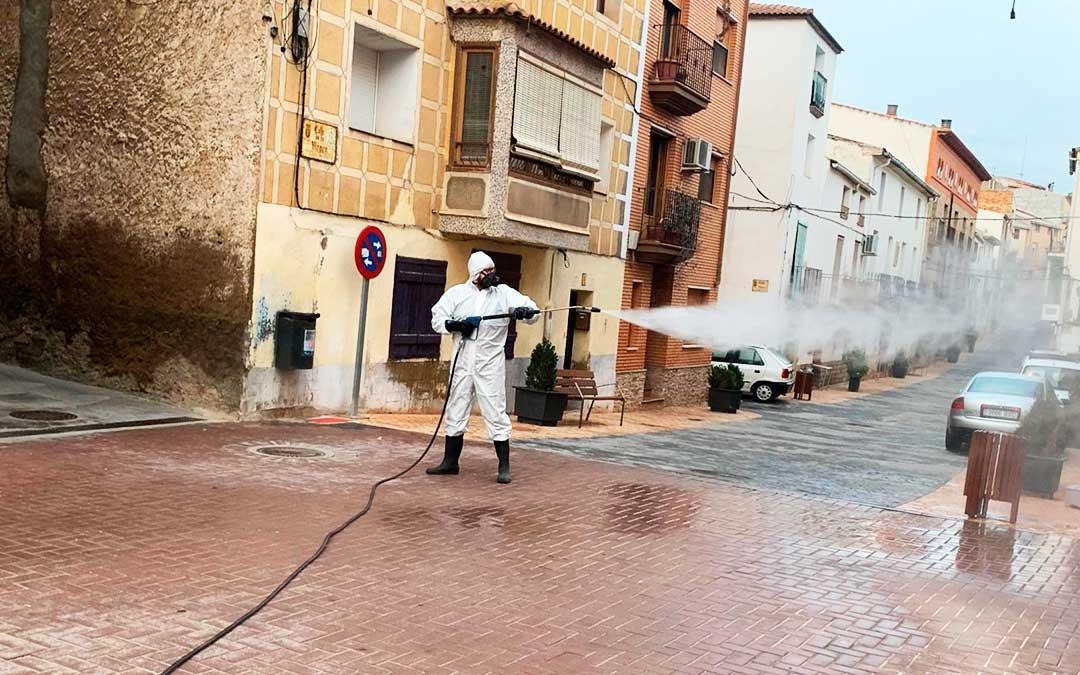 Un trabajador de Planas Martínez desinfectando calles en Nonaspe.