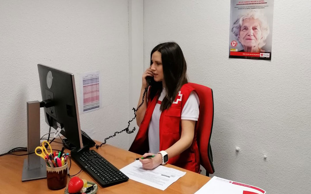 Las llamadas de las operadoras del servicio de teleasistencia de Cruz Roja tienen un fin añadido de acompañamiento.