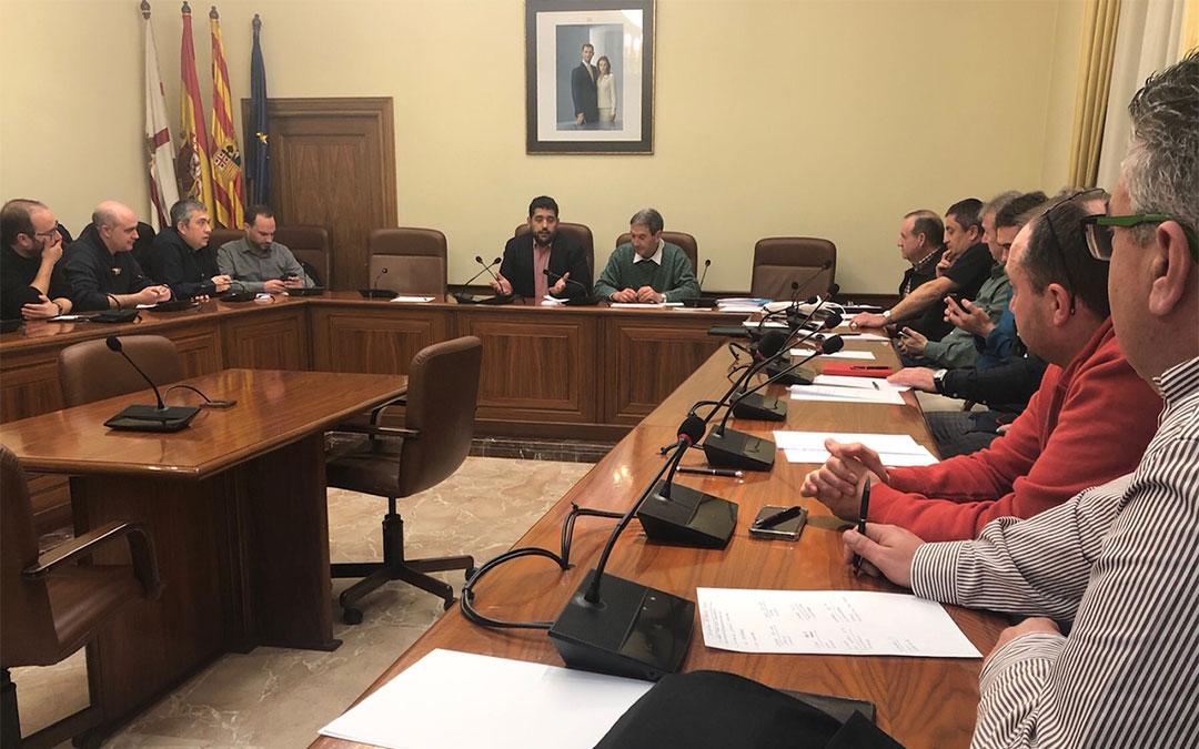 Diego Piñeiro se dirige a los representantes de las bandas durante la reunión en la que se ha decidido el calendario de los encuentros./ DPT