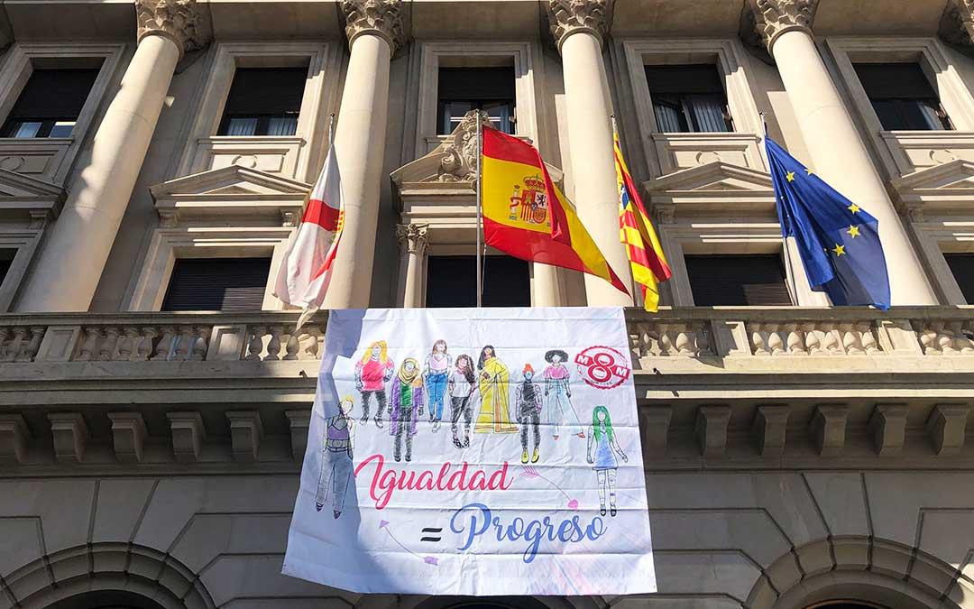 Edificio de la DPZ con una pancarta reivindicativa.