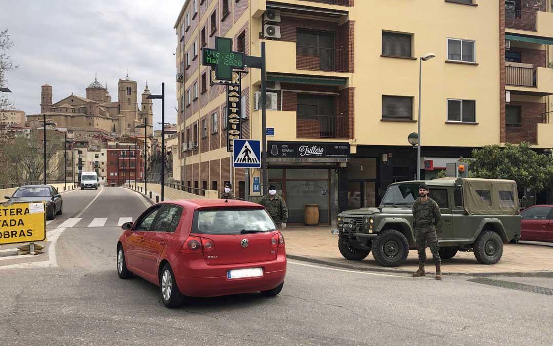 El ejército controlando las entradas y salidas de la ciudad por la carretera Zaragoza días atrás./ L. Castel