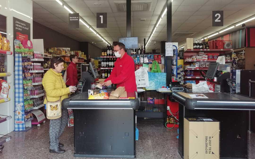 Un supermercado en Valderrobres durante su horario de apertura./