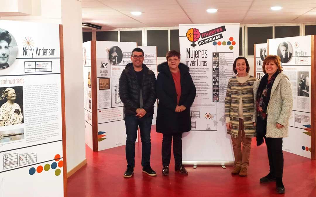 Alcaldesa y concejales de Caspe en la exposición.