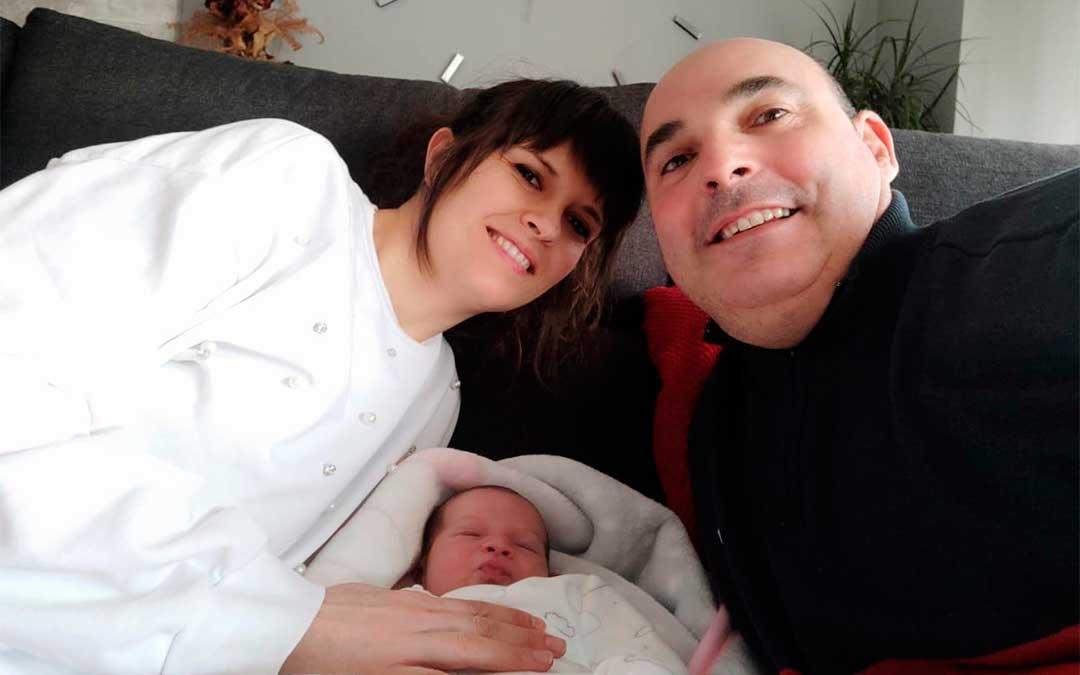 Sandra, Estela Pilar y Juan Carlos en su casa