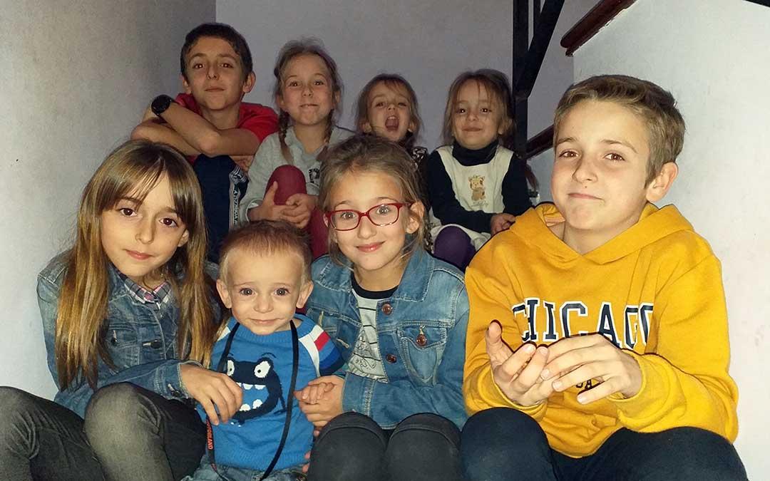 Los ocho pequeños de Soriano posan juntos en una foto de familia a la que pronto habrá que añadir un nuevo miembro./ O.S.