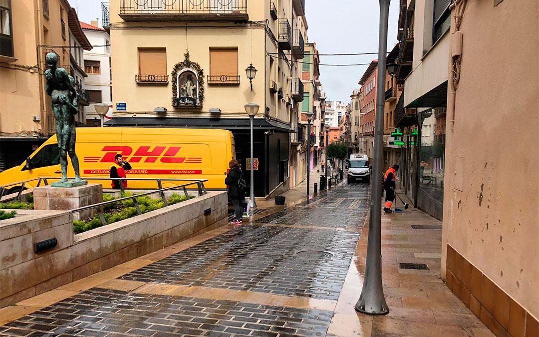 Los servicios de mensajería continúan funcionando con normalidad, como puede apreciarse por esta furgoneta aparcada en la calle Blasco./ Laura Castel