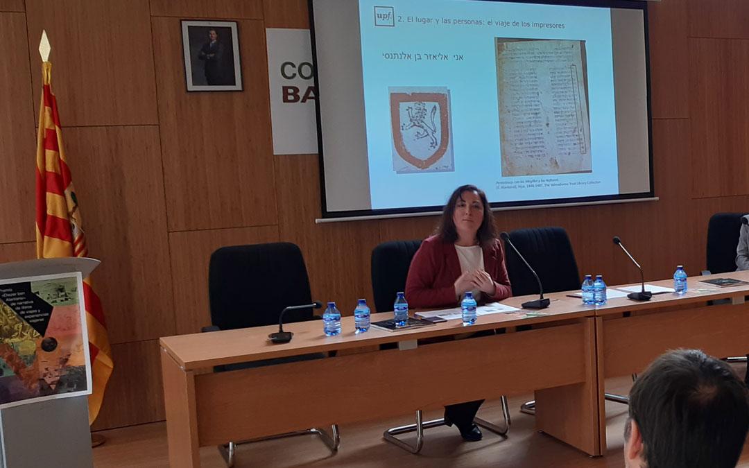 Conte, autora del artículo sobre la sinagoga en el número 50 de Verde Teruel, en su intervención sobre los libros de la imprenta hebrea. / B. Severino