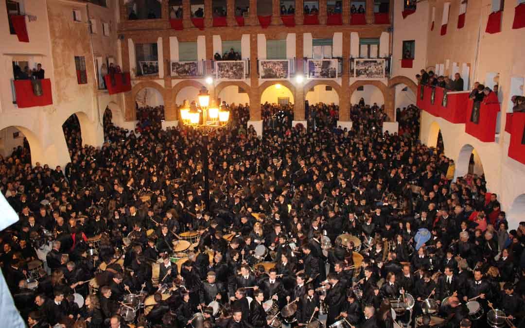 Imagen de archivo del romper la Hora en Híjar con una plaza abarrotada.