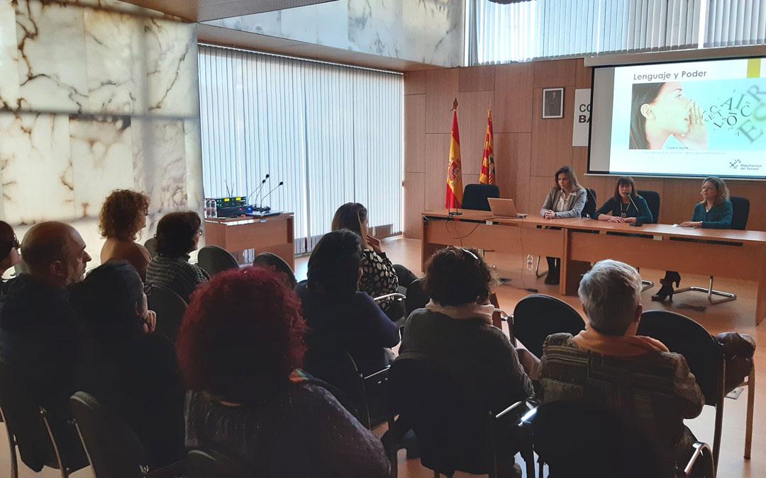 Taller sobre lenguaje positivo en la sede del Bajo Martín en Híjar en el momento de la presentación con Mariela Gómez, Susana Traver y Vanesa Pellicena. / B. Severino