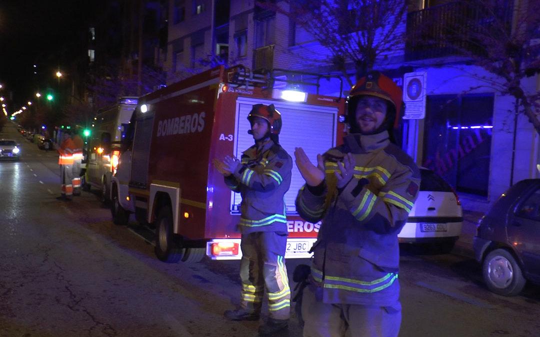 Sirenas y aplausos de las fuerzas de seguridad de Alcañiz para homenajear a los sanitarios