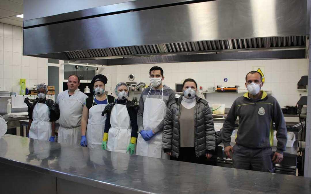 Personal de cocina y mantenimiento del hotel junto a su directora / L. Castel