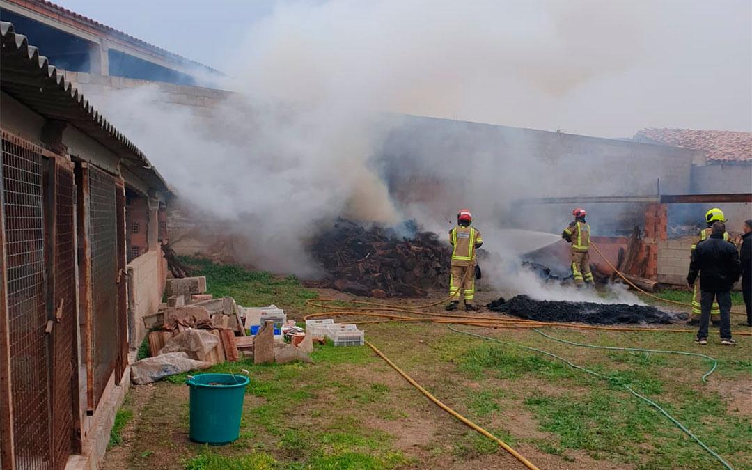 Varias personas han intentado contener las llamas a la espera de la llegada de los bomberos./ DPT