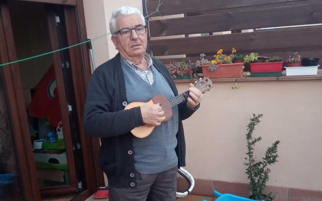 Luis Jasanada no falta a la cita diaria desde su terraza.
