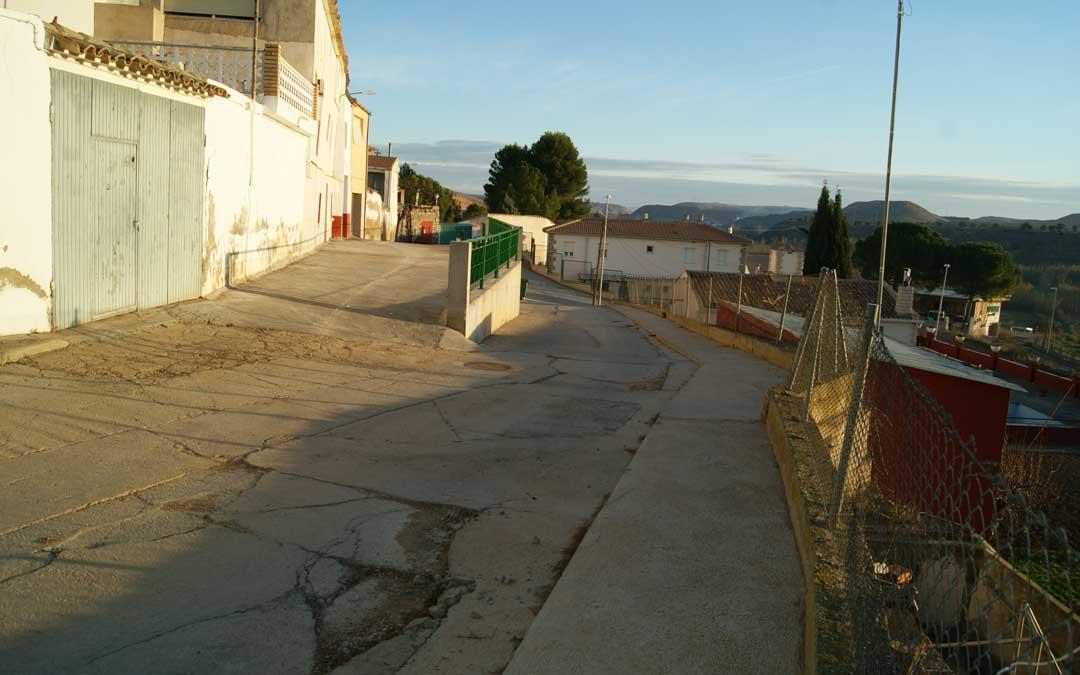 Imagen de archivo de la calle Ferrería de Jatiel en la que se aprecia el muro, las dos alturas y los baches y grietas. / B. Severino