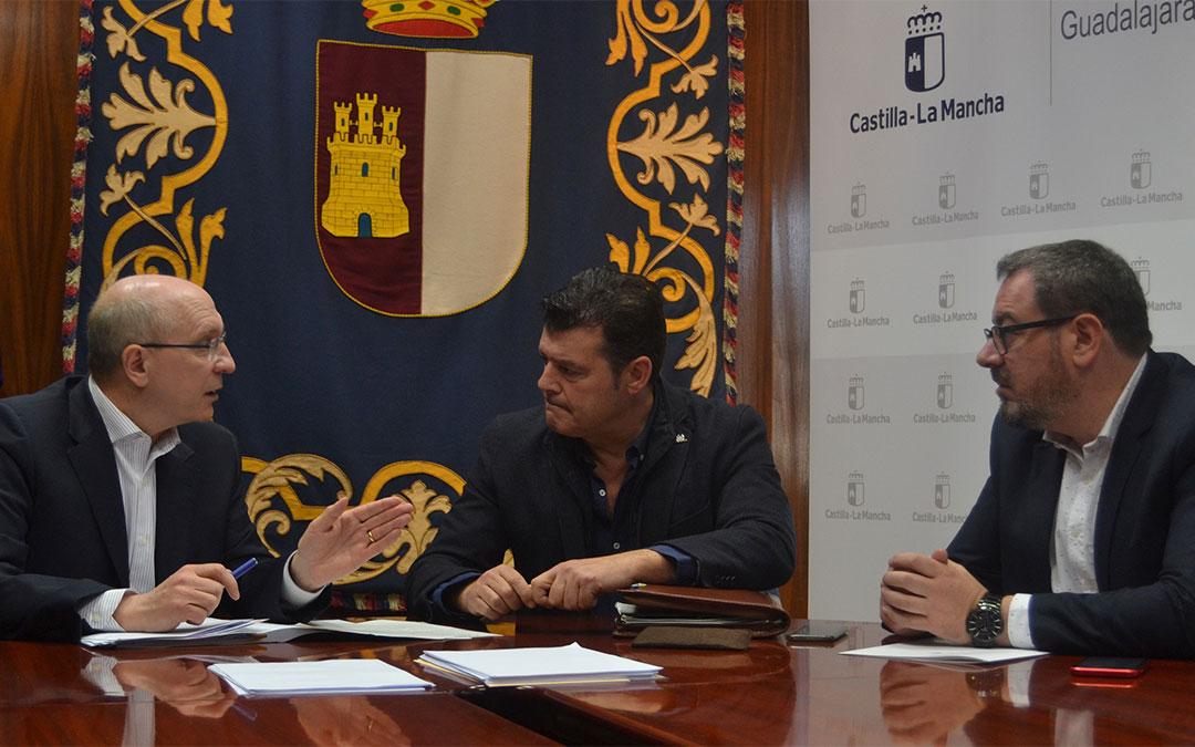 El comisionado del Reto Demográfico, Jesús Alique, y el comisionado para la lucha contra la despoblación del Gobierno de Aragón de Aragón, Javier Allué, se han reunido este jueves en Guadalajara./ DGA