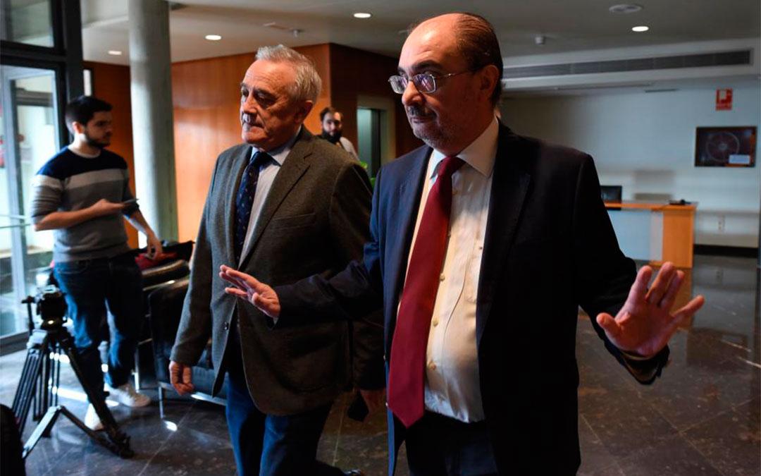El presidente aragonés, Javier Lambán, y el de las Cortes, Javier Sada, a su llegada a la reunión con los portavoces parlamentarios, este viernes./ FRANCISCO JIMENEZ PHOTOGRAPHY-Heraldo