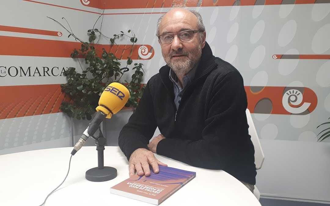 Juan Manuel Calvo en el estudio de Radio La Comarca./ J.V.