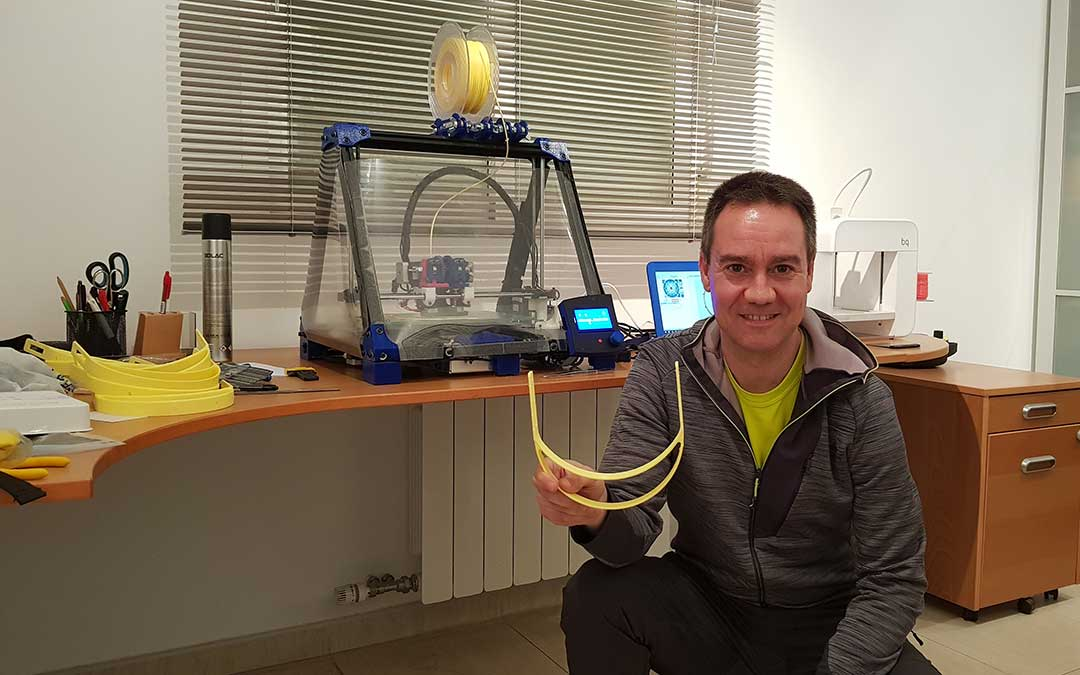 Juan Sangüesa junto a la impresora 3D que utiliza para fabricar las diademas./ Juan Sangüesa
