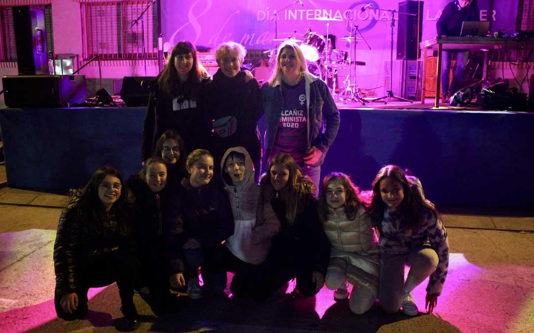 El grupo Lady Banana junto a la concejal Susana Mene y unas jóvenes de Alcañiz en el 'Concierto Feminista' / L. Castel