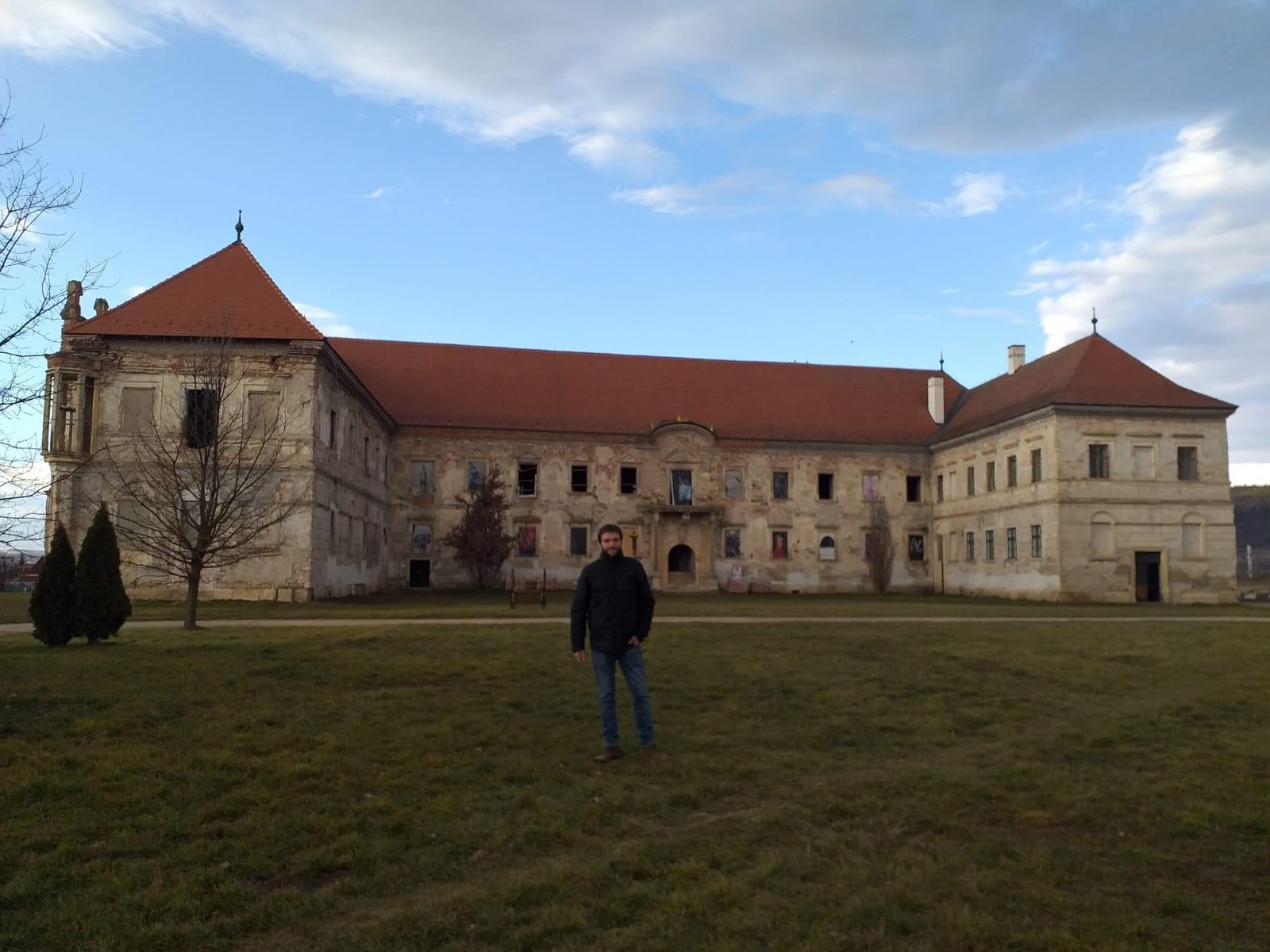 El presidente de la institución comarcal, Roberto Rabaza, a los pies del castillo donde se han mantenido el encuentro