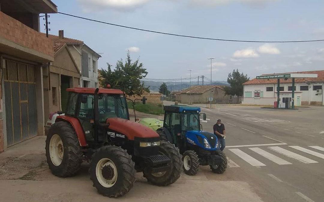 Agricultores preparándose para salir a desinfectar en Mas de las Matas. / Ayto. Mas de las Matas