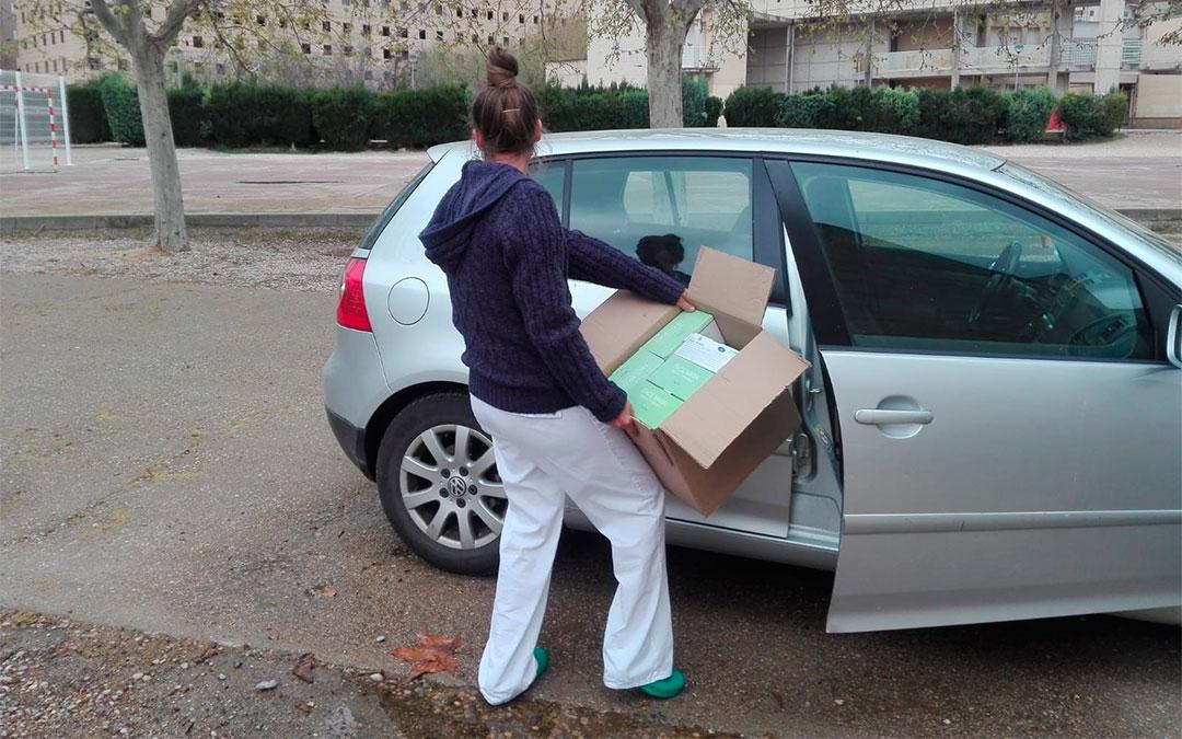Los sanitarios se han desplazado al mediodía hasta el IES para recoger el material./ L.C.