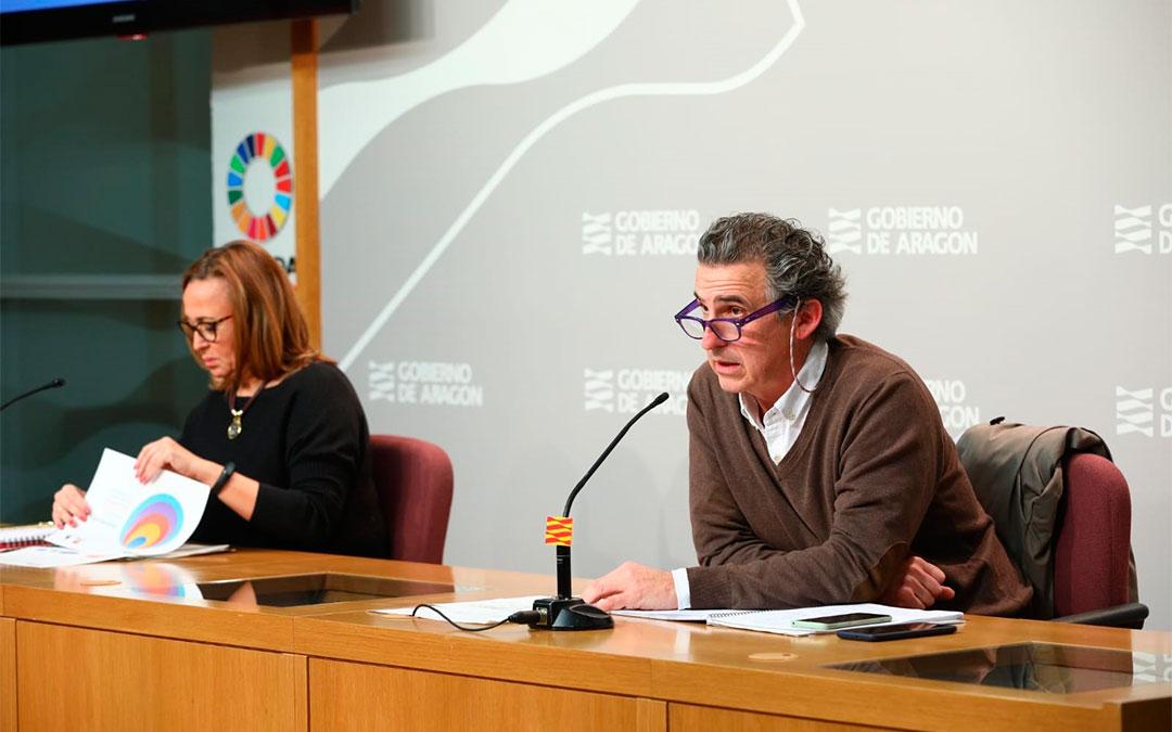 El director general de Salud Pública, Francisco Falo, y la consejera de Presidencia, Mayte Pérez, informan de la evolución de la crisis del coronavirus en Aragón este lunes./ DGA