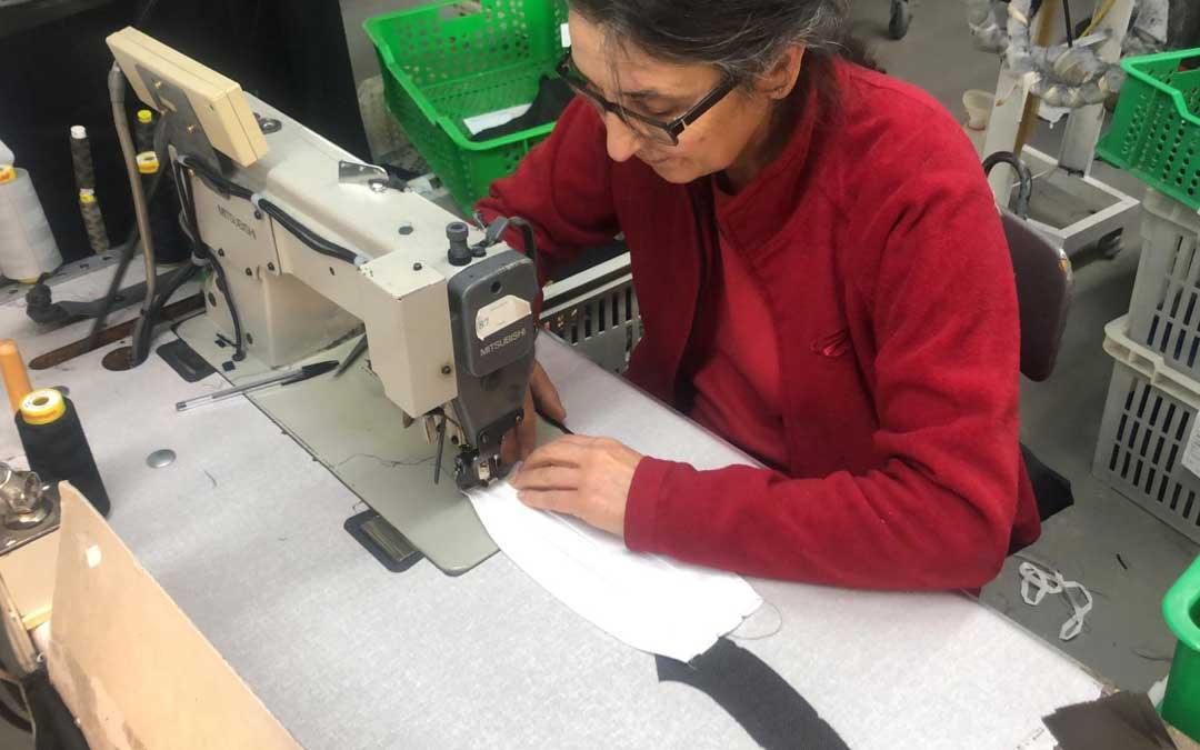 Confección Textil Rams de Mazaleón lleva varias semanas confeccionando mascarillas.