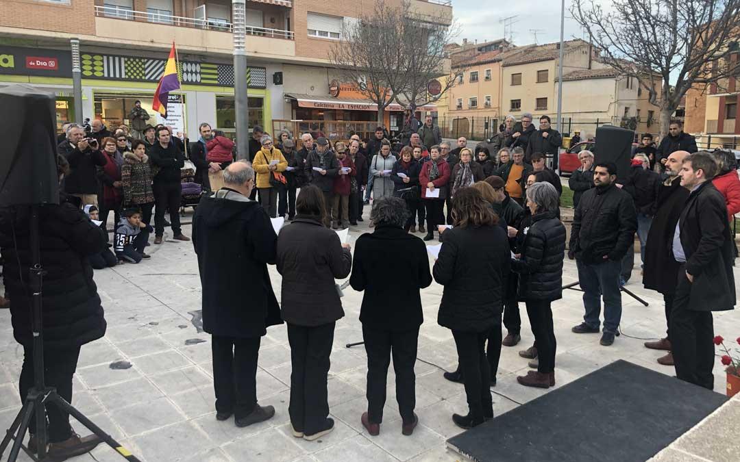 Acto por el 3 de marzo este martes por la tarde en Alcañiz. Instante en el que miembros de Poiesis han leído unos poemas y unos fragmentos del libro de Maldonado / L. Castel