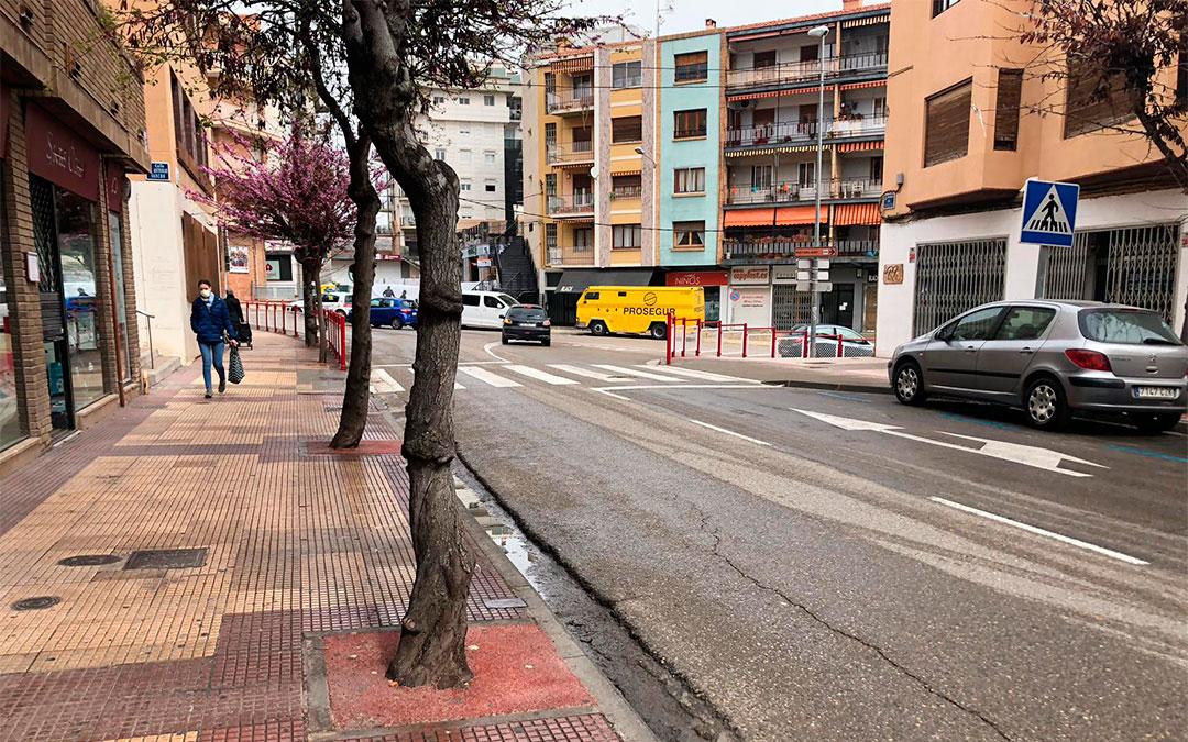 Una mujer camina por la Avenida Aragón de Alcañiz con la mascarilla puesta./ Laura Castel
