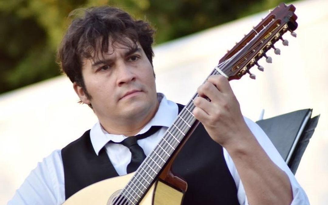 Óscar Soriano, en uno de los conciertos con su laúd, instrumento del que no se separa desde hace años. / Archivo de Ó. Soriano