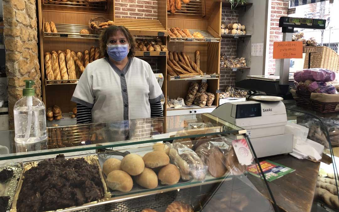 Maribel Cano extrema las medidas de seguridad en la panadería Enrique Alonso / L. Castel