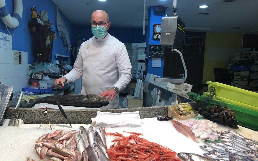 David González sigue levantando la persiana cada mañana en la pescadería Nuestro Barrio de Merca Alcañiz / L. Castel