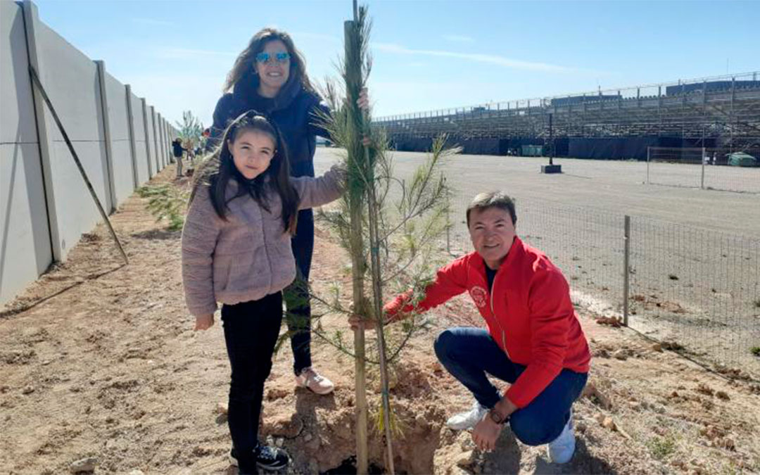 Plantada de árboles en Motorland por el Club de Motociclismo de Alcañiz./ Motorland