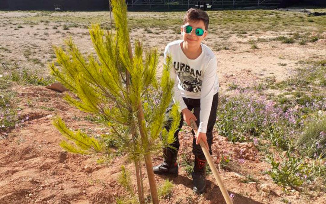 Los más pequeños también participaron en la plantada de árboles./ Motorland