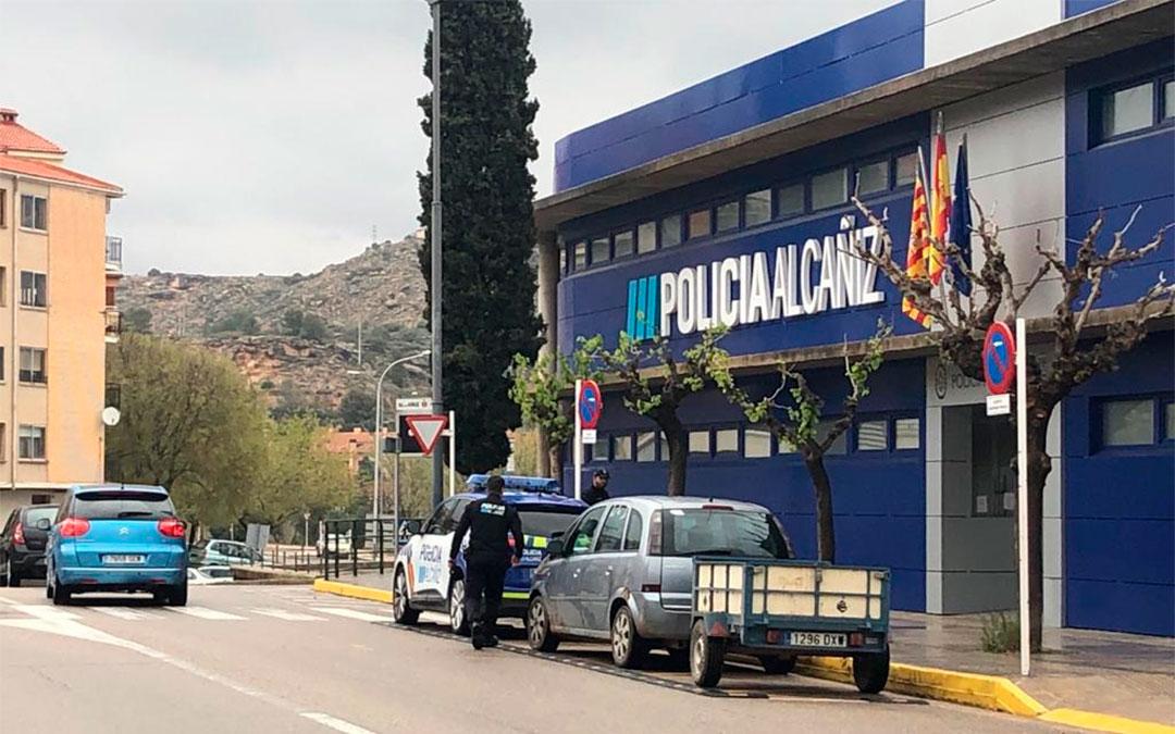 Los policías locales trabajan para que se cumpla el Real Decreto en Alcañiz./ Laura Castel