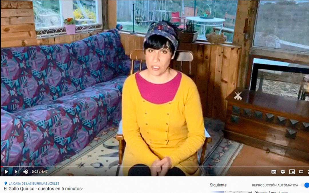 Marta Castelló, de Políglota Teatro, en uno de sus vídeos.