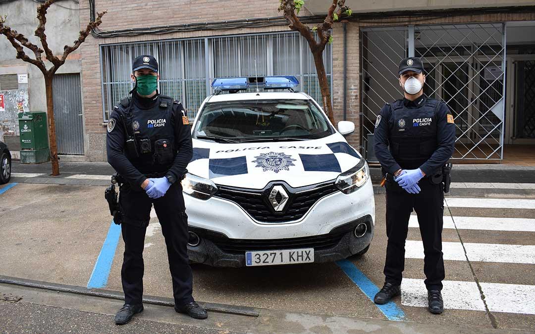 Imagen de archivo de dos agentes de Policía Local de Caspe.