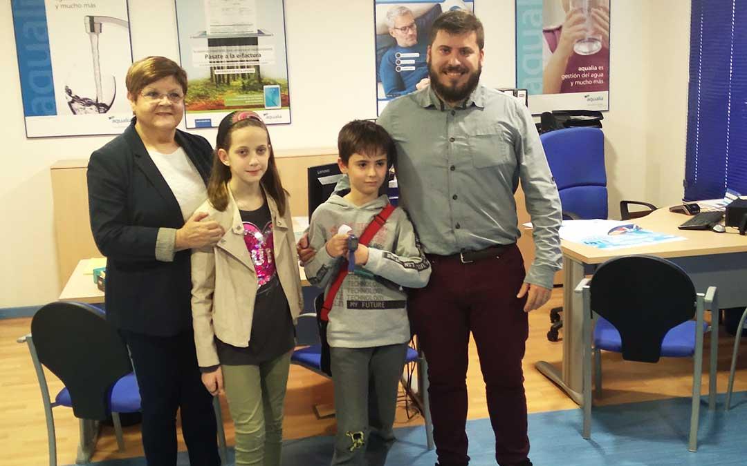 La alcaldesa le ha entregado los premios por resultar finalistas en el Concurso de Dibujo Infantil convocado por la empresa que gestiona el Servicio Municipal de Aguas
