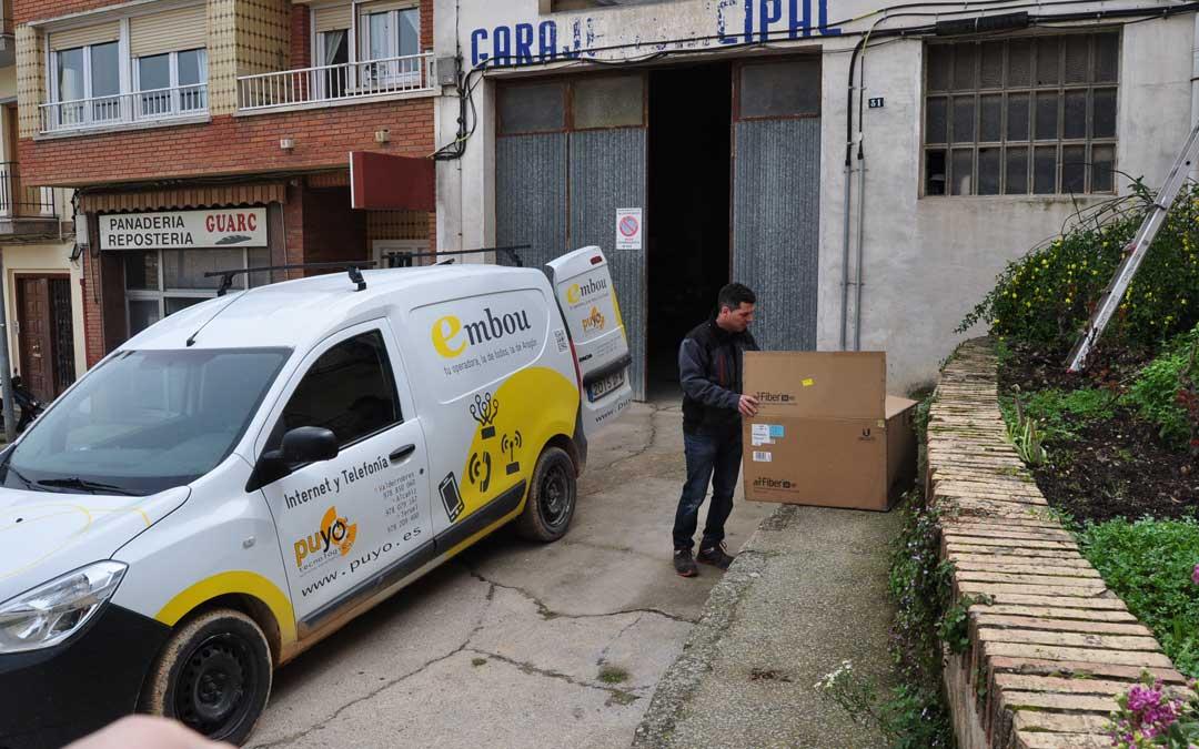 El instalador Sergio Puyo, hace varios días durante una operación de refuerzo de la red.