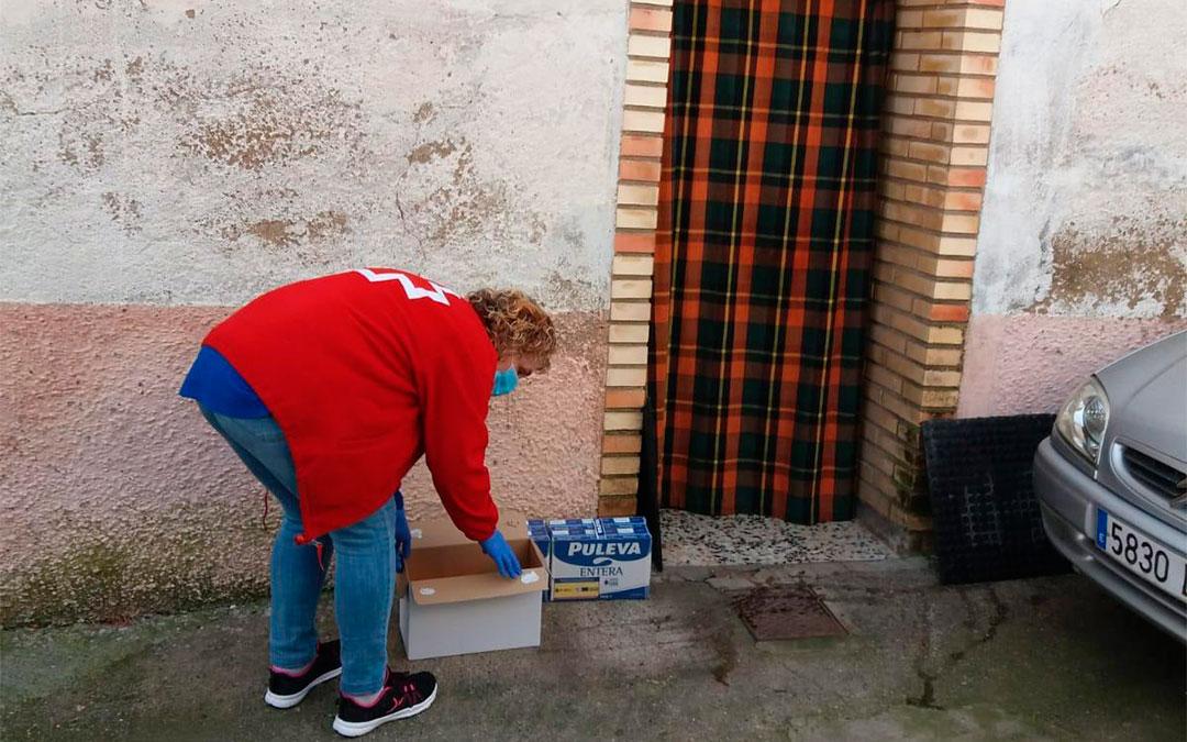 Cruz Roja Teruel lleva a los domicilios de las personas mayores productos básicos./ Cruz Roja