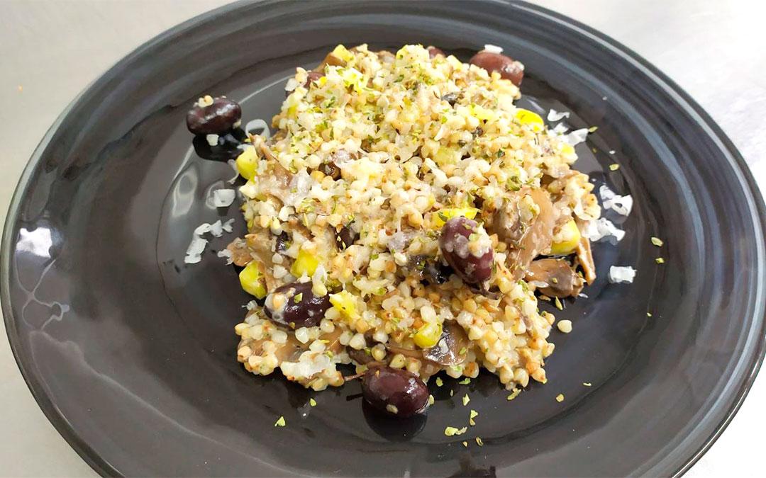 Trigo sarraceno salteado con setas, mango, olivas negras y Tronchón