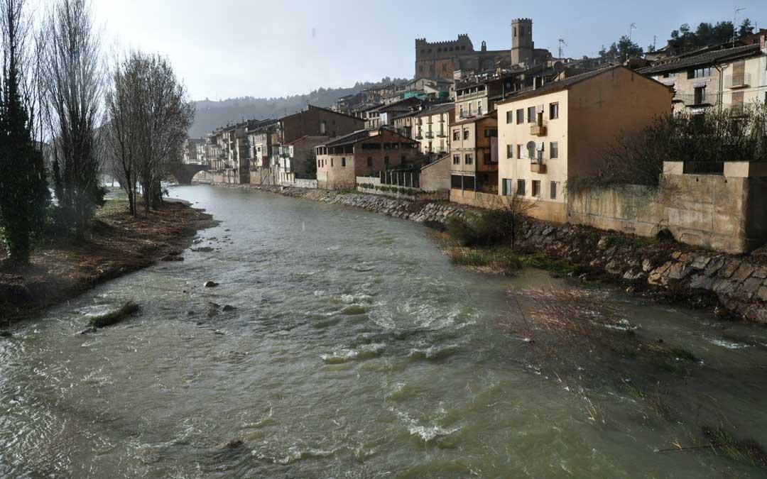 Imagen del río Matarraña en Valderrobres el lunes por la tarde.