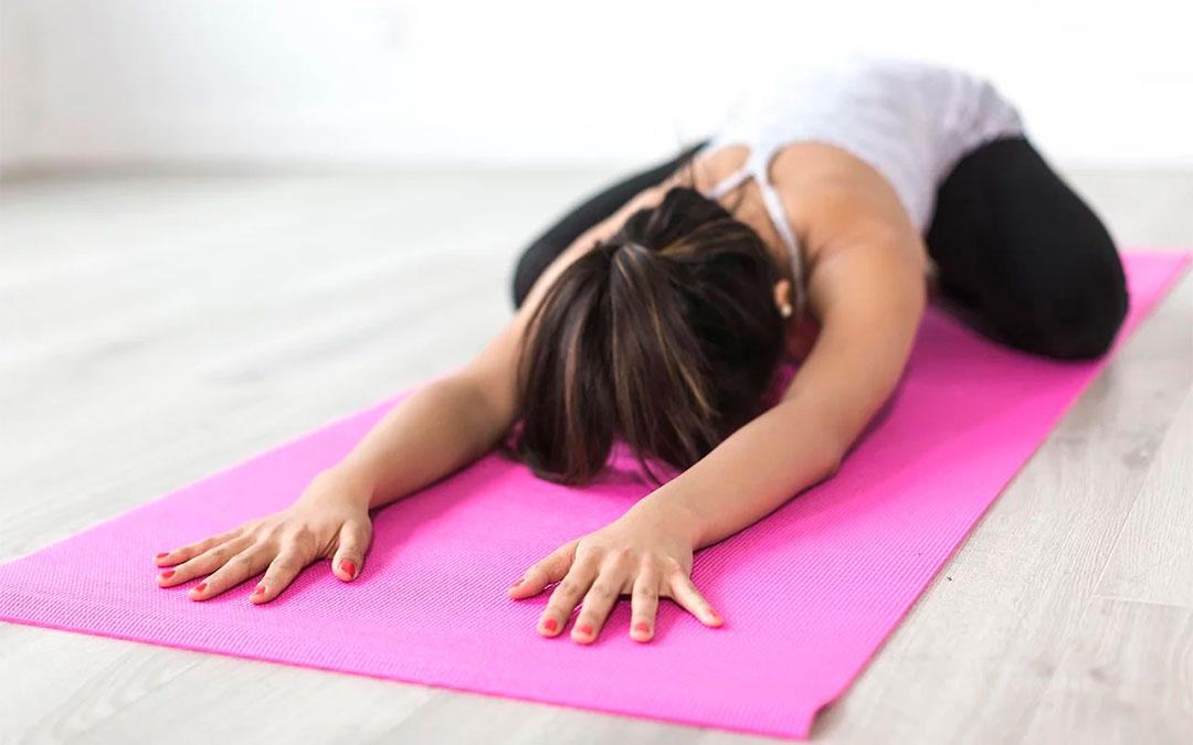 Mujer practicando yoga. Fuente: Pixabay