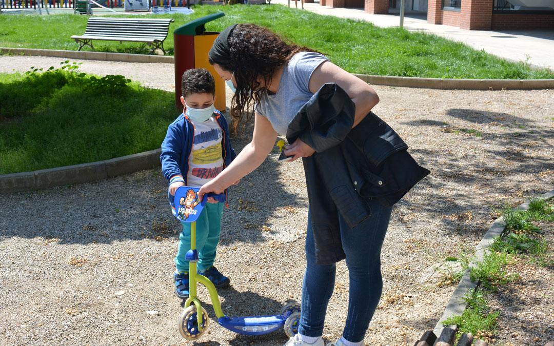 Abélibe y su hijo Massimo acomodando su patinete./ I.M.