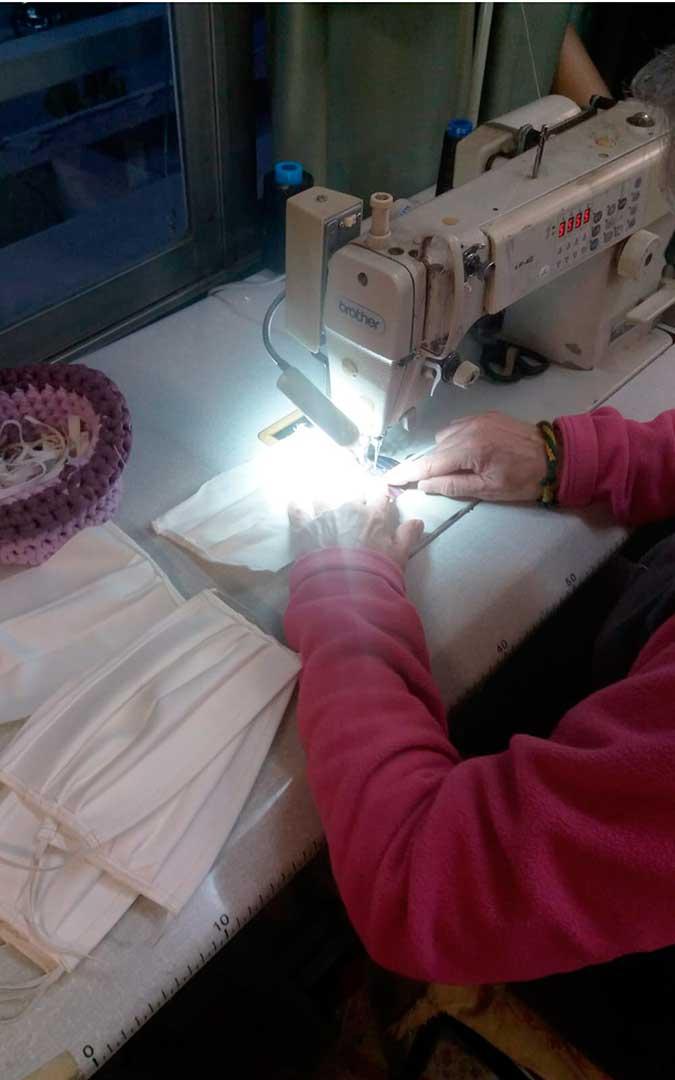 Mascarillas fabricadas en el taller de la Asociación Historica Vestimentum, en Caspe.