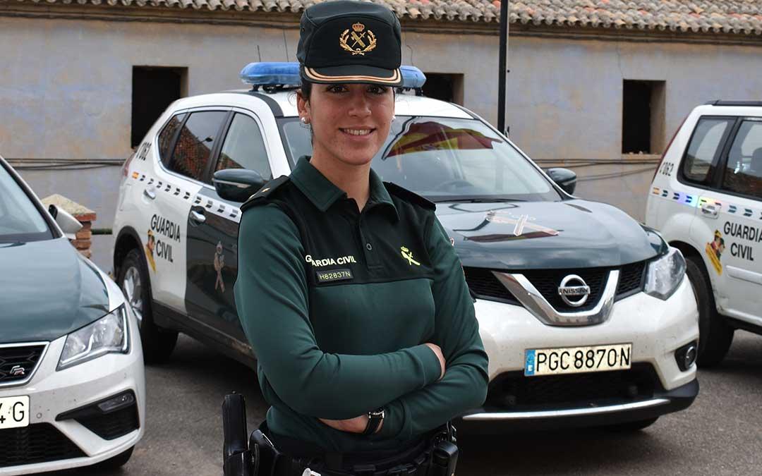 La teniente Paula Matutano en el cuartel de la Guardia Civil de Caspe.